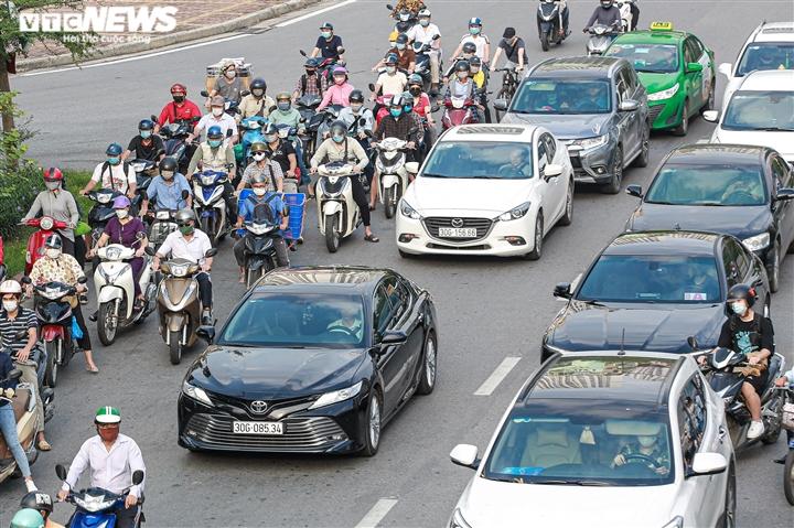 Ảnh: Ngày đầu nới lỏng, phố phường Hà Nội lại chật cứng xe cộ - 3