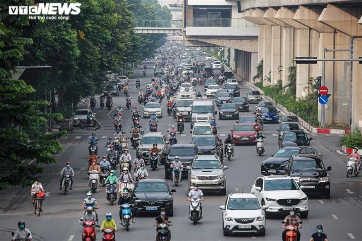 Ảnh: Ngày đầu nới lỏng, phố phường Hà Nội lại chật cứng xe cộ - 1