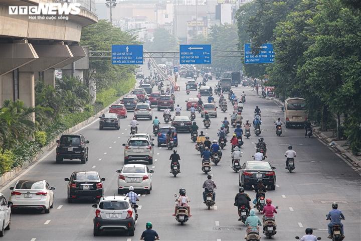 Ảnh: Ngày đầu nới lỏng, phố phường Hà Nội lại chật cứng xe cộ - 11
