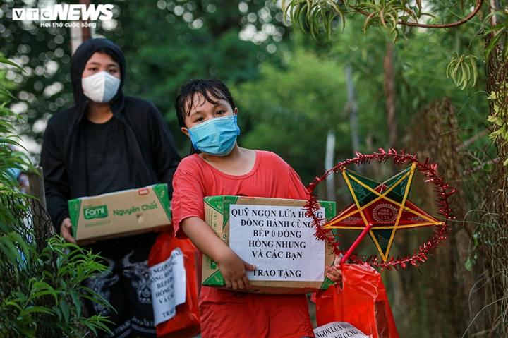 Tết Trung thu ấm áp của trẻ em nghèo ở Hà Nội, TP.HCM - 9