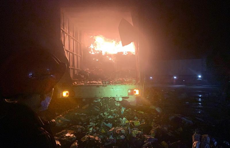 Xe chở bưu phẩm bất ngờ bốc cháy ngùn ngụt trong đêm -0
