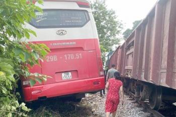 Xe chở học sinh va chạm với tàu hỏa ở Hà Nội do cố băng qua lối đi tự mở