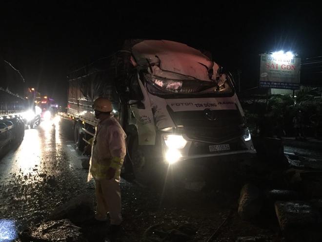 Xe khách tông dải phân cách, 1 người chết, 18 người bị thương