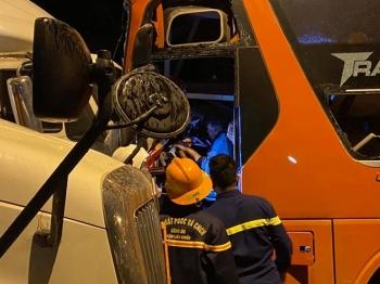 Xe đầu kéo đấu đầu xe khách, 2 người chết, 20 người bị thương