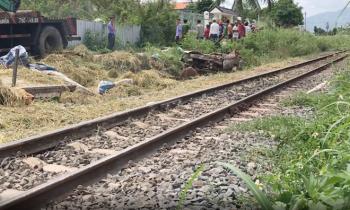 Tàu lửa tông, lái xe công nông chở lúa tử nạn