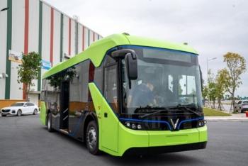 Xe buýt điện VinFast lần đầu xuất hiện trên đường chạy thử