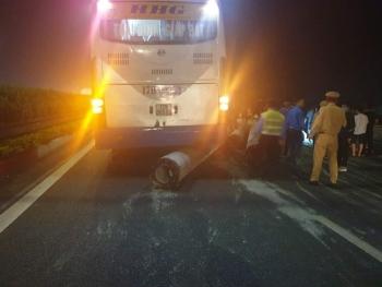 Cột điện rơi trên đường, xe khách gặp nạn