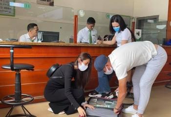 Công Vinh giúp Thủy Tiên rút nguyên vali tiền để cứu trợ đồng bào miền Trung