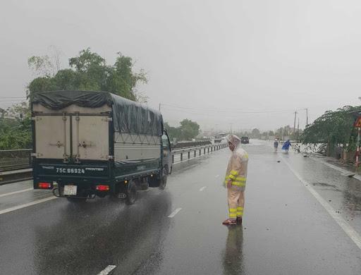 Còn nhiều tuyến đường đang ách tắc do ảnh hưởng của bão số 9