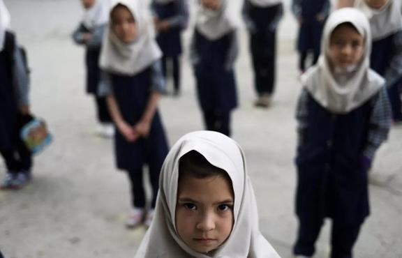 Nữ sinh Afghanistan: 'Tại sao chúng em không thể đi học?'