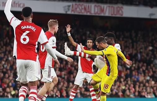 HLV Arsenal tố trọng tài sai sót làm lợi cho đối thủ