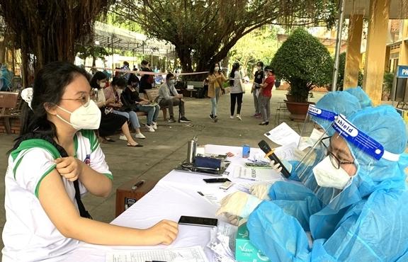 """Bình Dương thừa nhận """"vượt rào"""" tiêm vaccine COVID-19 cho trẻ em"""
