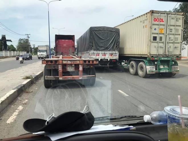Xe container tông hàng loạt phương tiện đang dừng đèn đỏ