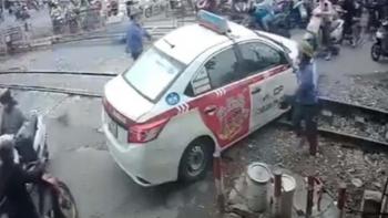 Tước giấy phép lái xe của tài xế suýt bị tàu hỏa đâm