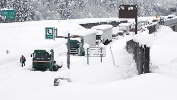 Tắc đường dài 15km trên cao tốc, hơn 1.000 người phải qua đêm trong giá lạnh