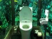 trai nghiem di toilet giua be ca khong lo tai quan ca phe nhat