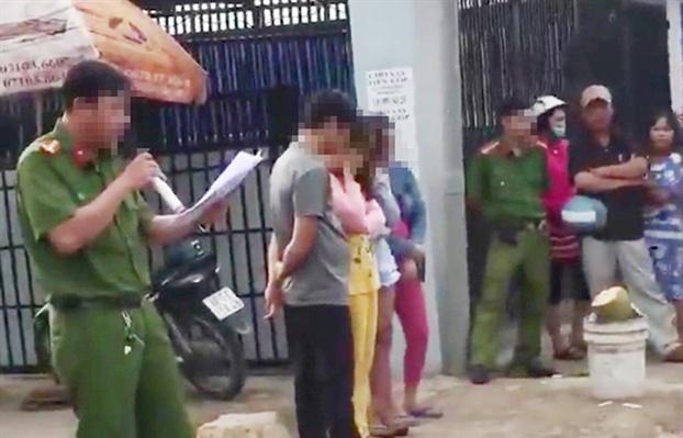Bêu tên người mua bán dâm giữa phố: Luật sư nói công an phạm luật