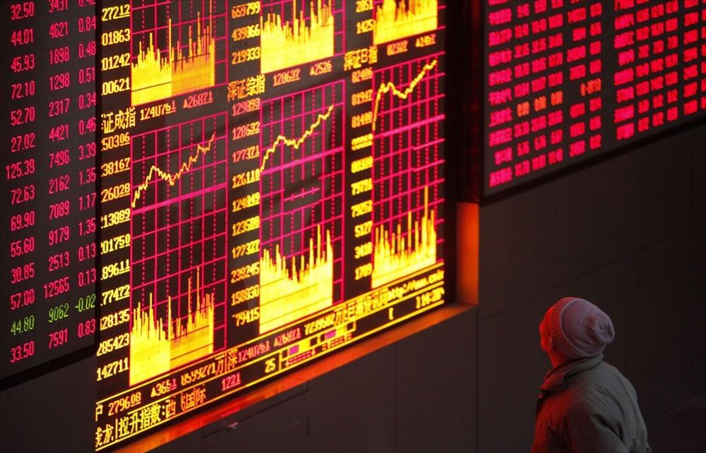 """Nhà đầu tư bán tháo, VN Index đỏ lửa, Down Jones """"thổi bay"""" 1100 điểm"""