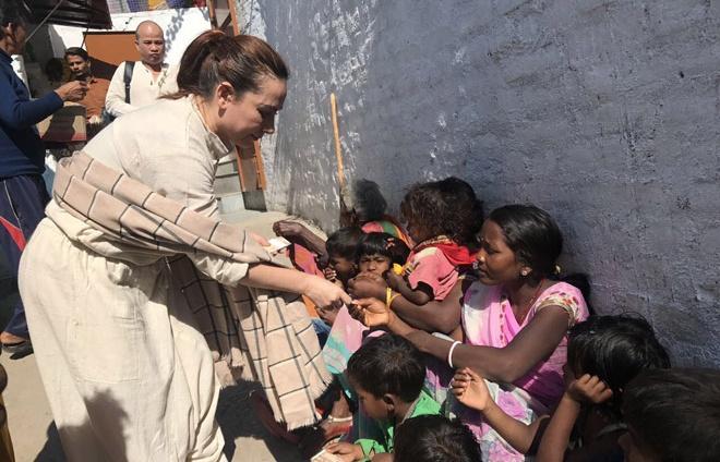 Sau nhận nuôi 21 trẻ mồ côi, Phi Nhung sang tận Ấn Độ làm từ thiện