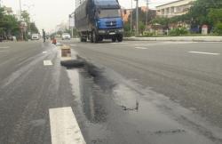 Dầu nhớt tràn ra đường, khiến 4 vụ ngã xe máy làm nhiều người bị thương