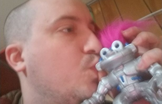 nguoi dan ong yeu say dam mot con robot nam