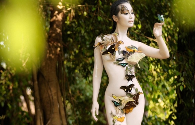 ban gai cuong do la le kieu nhu san sang nude ve body painting