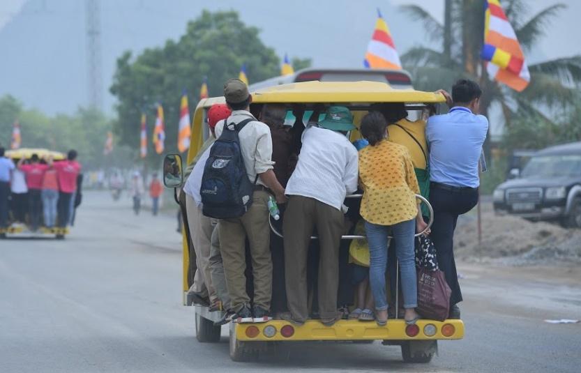 Ảnh: Hàng nghìn du khách đu bám, chen chúc trên xe điện miễn phí vào chùa Tam Chúc