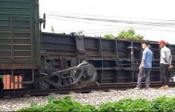 Đường sắt Bắc Nam ách tắc vì tàu hàng trật bánh