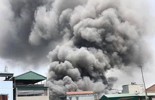 Xưởng gỗ ở Hà Nội cháy lớn, nhiều người tháo chạy