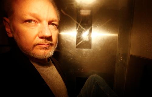 cong to vien thuy dien yeu cau bat ong chu wikileaks vi cao buoc hiep dam