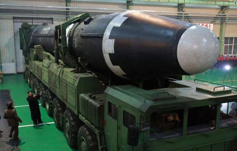 Ông Kim Jong-un xuất hiện tại nhà máy chế tạo bệ phóng tên lửa