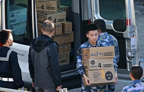 Binh sĩ Trung Quốc tranh thủ mua sữa bột khi tàu chiến thăm Australia
