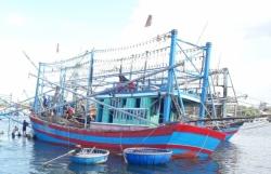 Tàu cá chìm nghỉm gần cửa biển, 6 ngư dân Quảng Nam may mắn thoát chết