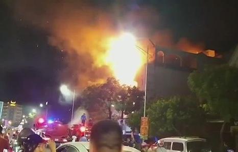 Cửa hàng áo cưới ở TP Vinh cháy ngùn ngụt trong đêm