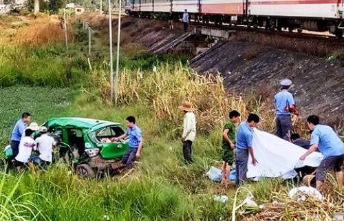 Tàu hỏa húc văng taxi ở Quảng Ngãi, 2 người chết