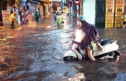 Nhiều tuyến phố Hà Nội ngập sâu, ùn tắc vì mưa lớn