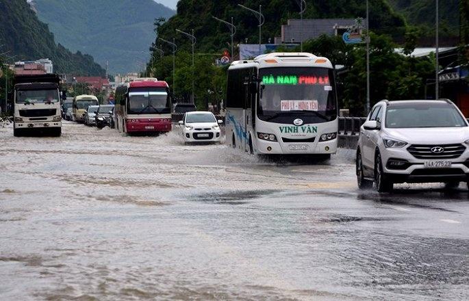 Ảnh: Mưa lớn kéo dài, quốc lộ 18 qua Quảng Ninh biến thành sông