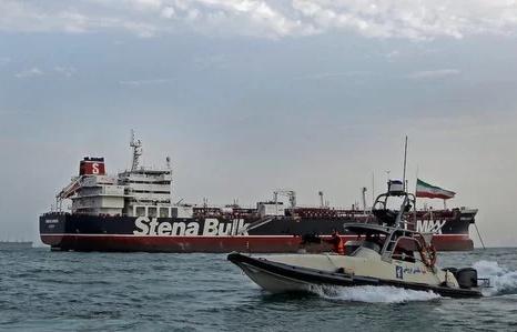 Iran bị tố 'đội lốt' chiến hạm Mỹ để bắt tàu dầu
