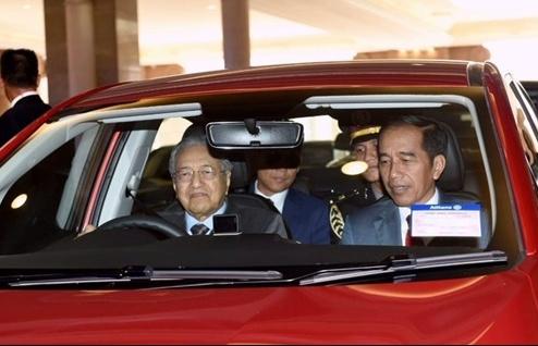 thu tuong 94 tuoi cua malaysia lai xe cho tong thong indonesia