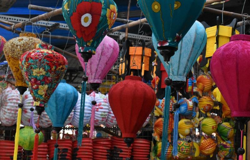 Phố lồng đèn truyền thống rực rỡ bung hàng đón Tết Trung thu