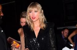 """Hết sặc sỡ, Taylor Swift """"lột xác"""" với phong cách sang trọng ở VMAs"""