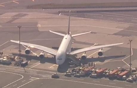 Máy bay bị cách ly ở Mỹ vì 100 hành khách ốm