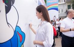 Hoa hậu Lương Thuỳ Linh tặng mũ bảo hiểm cho học sinh lớp 1