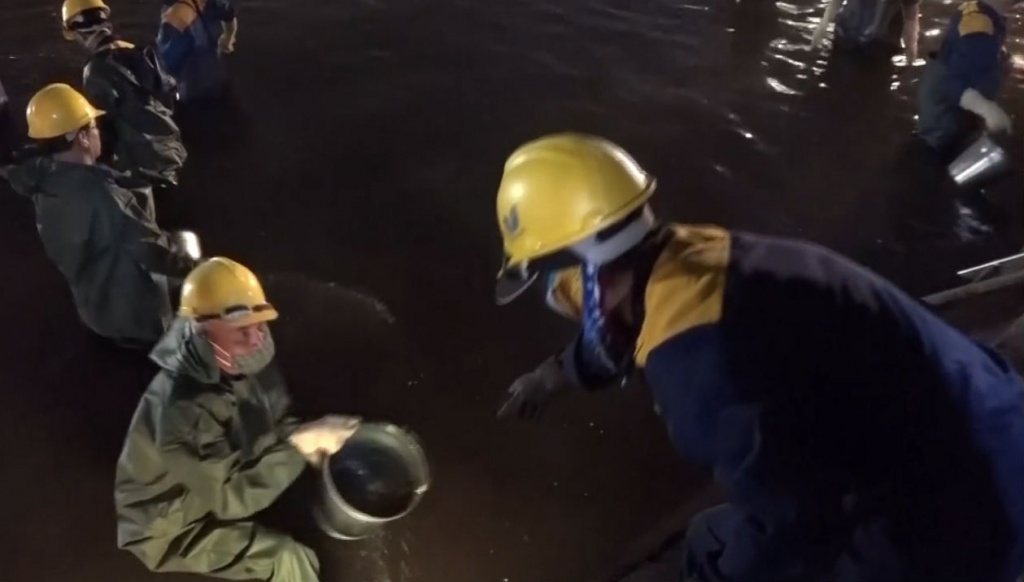 200 công nhân nạo vét Hồ Gươm xuyên đêm