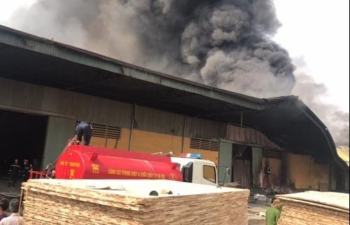 Xưởng gỗ rộng 1.500m2 ở Hưng Yên chìm trong biển lửa