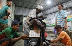Nhóm thanh niên sửa miễn phí xe ngập nước ở Sài Gòn