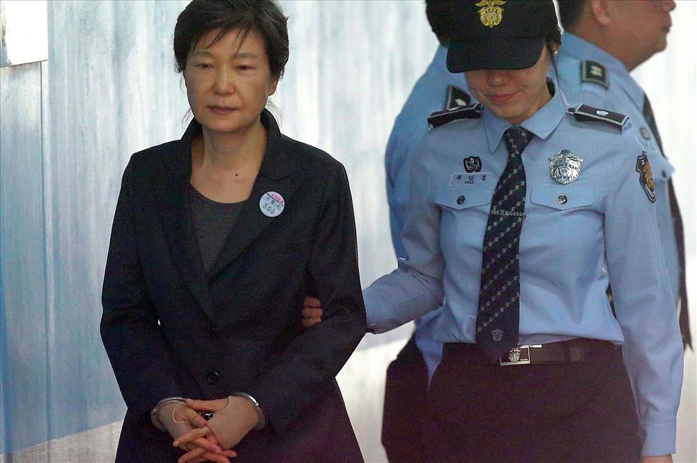 Cựu Tổng thống Hàn Quốc Park Geun-hye bị còng tay ra toà. Ảnh: AP