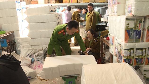 Phát hiện xưởng sản xuất giấy ăn nghi giả nhãn hiệu Việt Nam Airline.