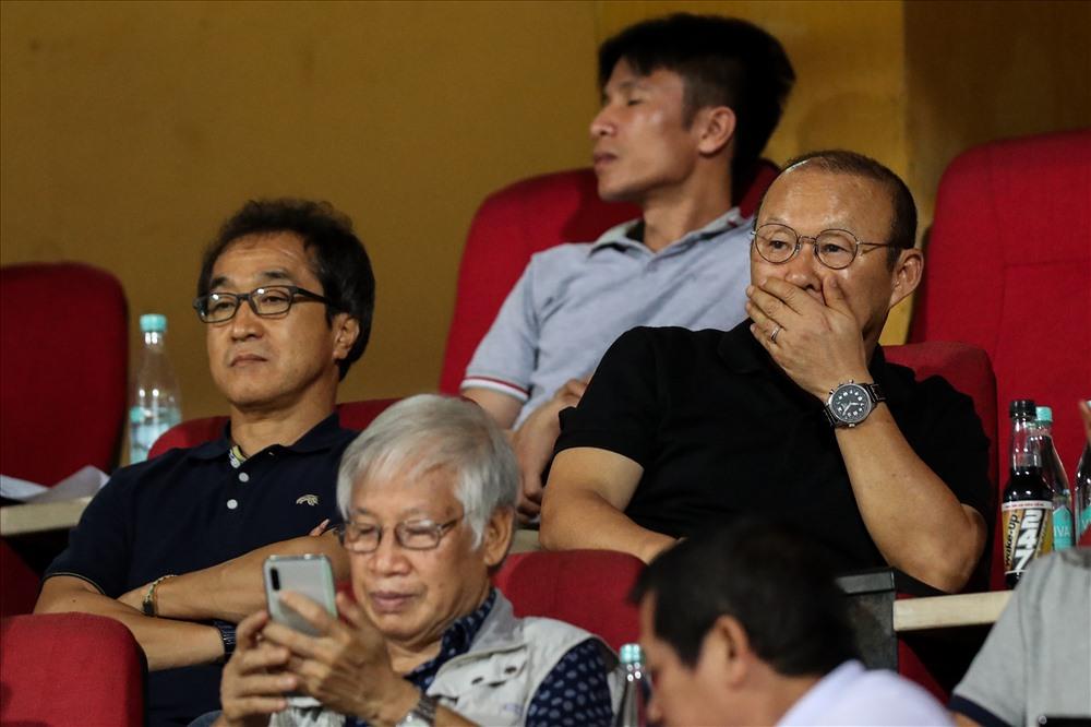 Ông Park dự khán một trận đấu ở V.League. Ảnh: Sơn Tùng