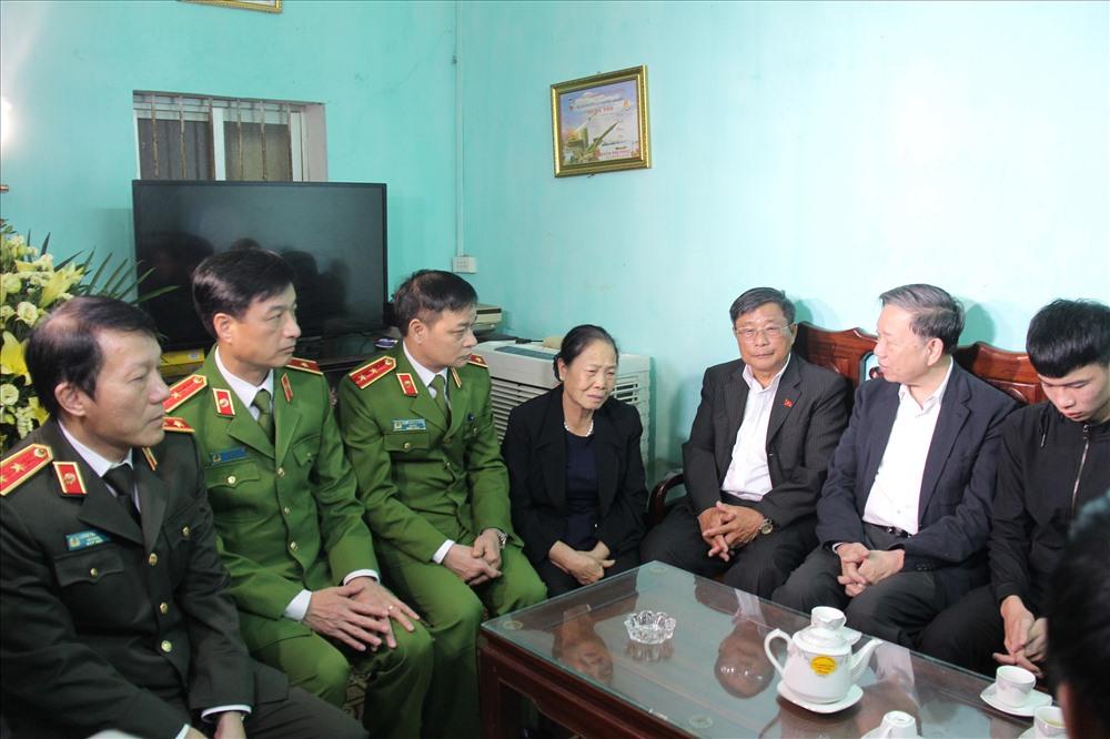 Bộ trưởng Tô Lâm cùng Đoàn công tác chia sẻ nỗi đau với gia đình đồng chí Nguyễn Huy Thịnh. Ảnh BCA